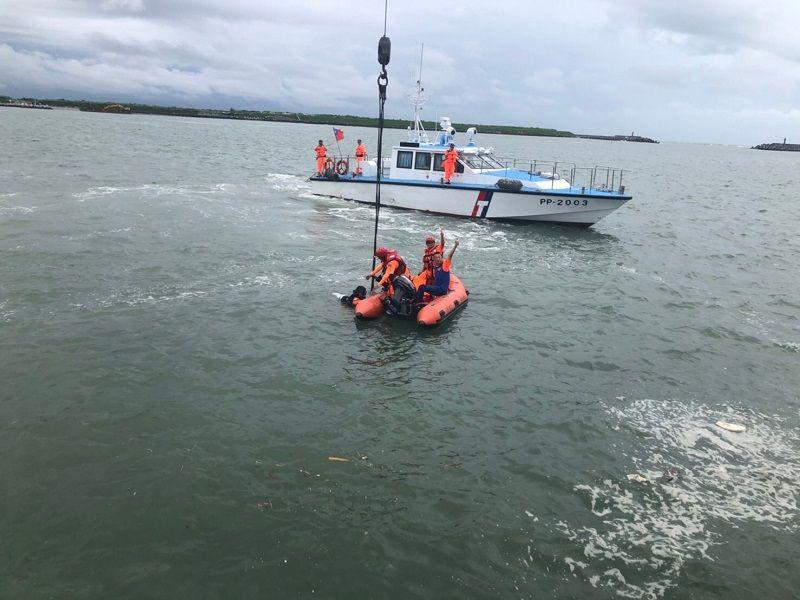 ▲海巡署對落海車輛起動吊掛。(圖/海巡署提供)