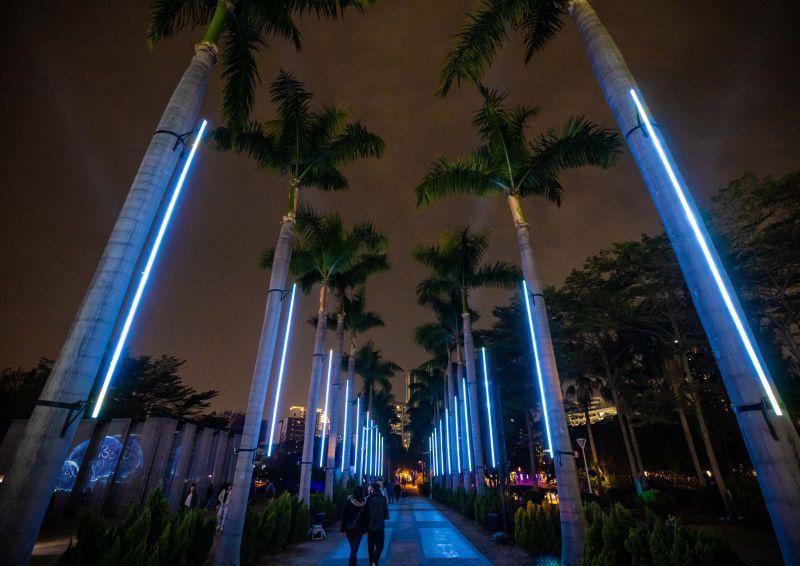 ▲作品「城市光流」採集高雄的城市聲音融入電子編曲,打造成絢爛的聲光大道。(圖/必應創造提供)