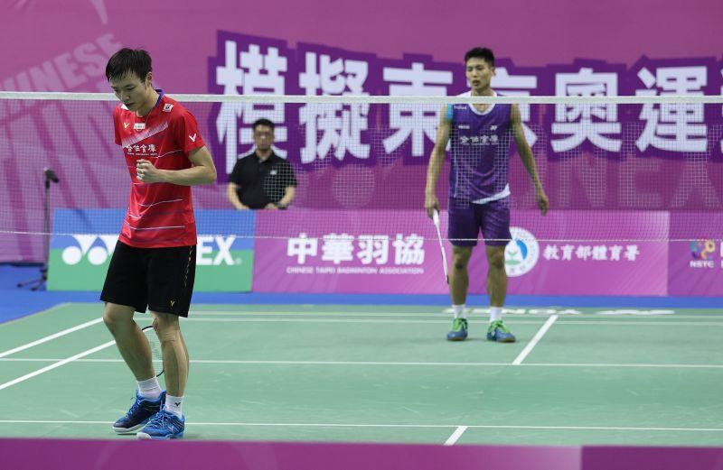 ▲模擬東京奧運對抗賽,我國羽球二哥「羽球王子」王子維(左起)出戰一哥周天成。(圖/國訓中心提供)