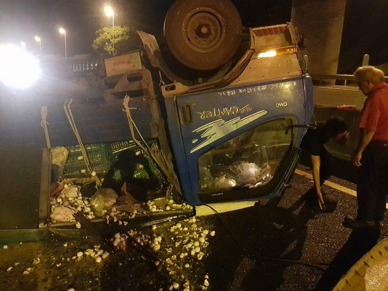 ▲貨車翻覆四輪朝天,雞蛋散落在路上。(圖/嘉義市消防局提供)