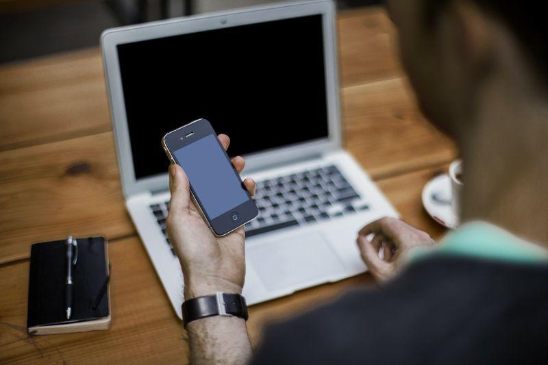 ▲有網友抱怨,他接到一通推銷電話,禮貌跟對方表示在上班,卻被嗆一句,讓他當場無言。(示意圖,圖中人物與文章中內容無關/取自