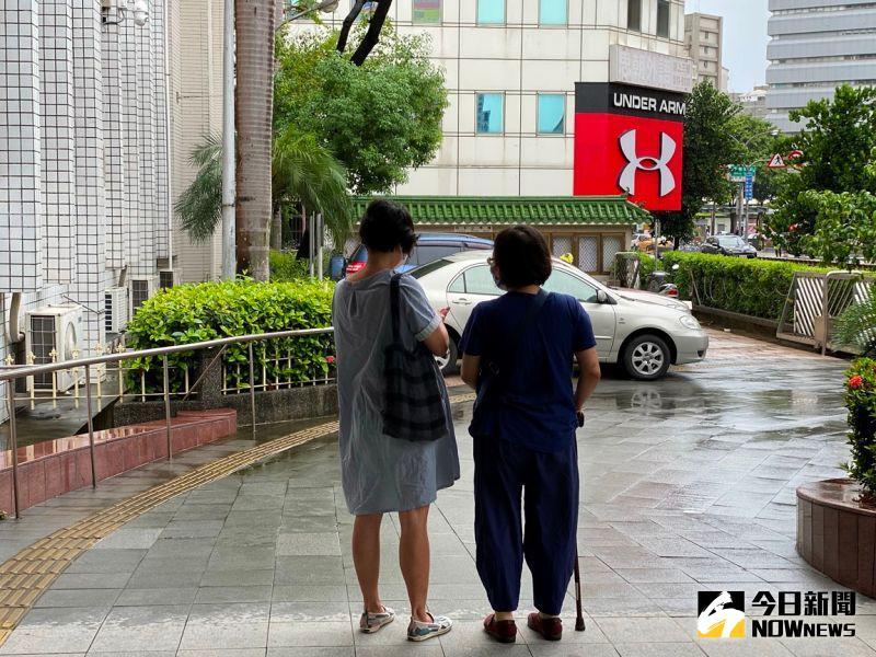 ▲劉瑀涵的母親(右)當庭懇求法官,儘速讓女兒去治療,尚有機會復原。(圖/記者陳聖璋攝,2020.08.04)
