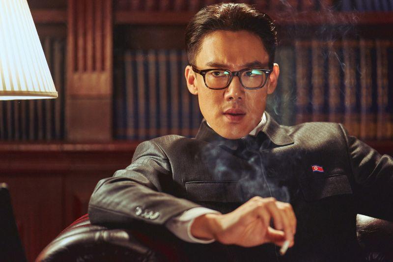 ▲新生代男神柳演錫首度挑戰演出北韓領導人,笑稱完全認不出自己。(圖/甲上娛樂)
