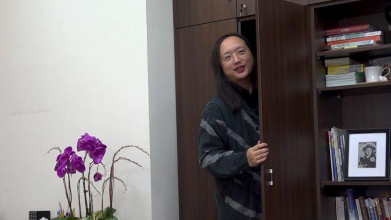 ▲唐鳳辦公室有一個類似衣櫃的暗門。(圖/攝影劉俊佑、陳明安)