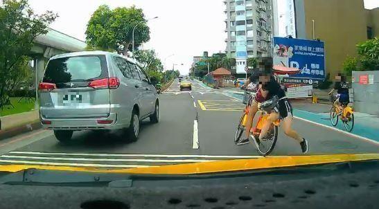 ▲女童雙載差點出車禍,後方運將特別注意,好險車速不快。(圖/翻攝自