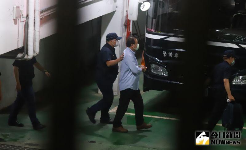 ▲立委集體涉貪案,台北地方法院公布裁定結果民進黨立委蘇震清遭收押被法警護送上囚車。(圖/記者葉政勳攝