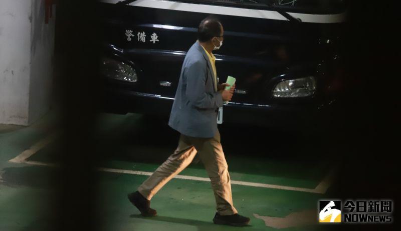 ▲立委集體涉貪案,台北地方法院公布裁定結果國民黨立委陳超明遭收押被法警護送上囚車。(圖/記者葉政勳攝