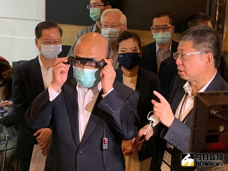 蘇院長實地體驗新一代擴增實境(AR)眼鏡。(圖/康子仁攝)