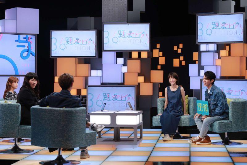 ▲林柏宏(右1)與謝欣穎(右2)聊拍電影趣事。(圖/公視提供)