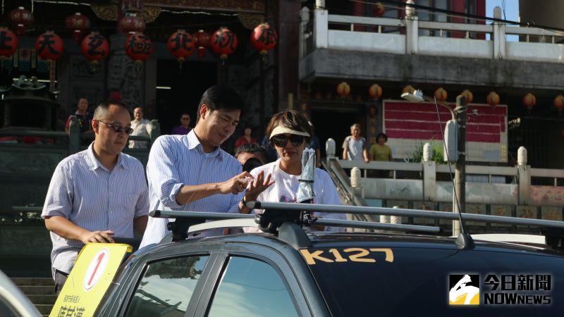 陳其邁提醒大家陽光曝曬記得擦防曬,他自己車掃前也會擦防曬。(圖/記者鄭婷襄攝,2020.08.05)