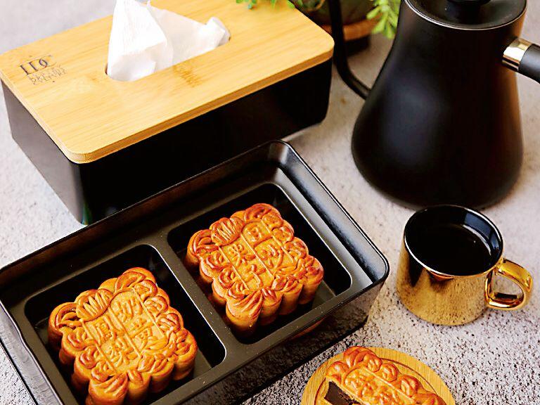 ▲翰品酒店月餅禮盒包裝設計落實「持續使用」的觀念,搭配方形經典的托特包提袋,讓傳統月餅添加時髦感。(圖/翰品酒店提供)