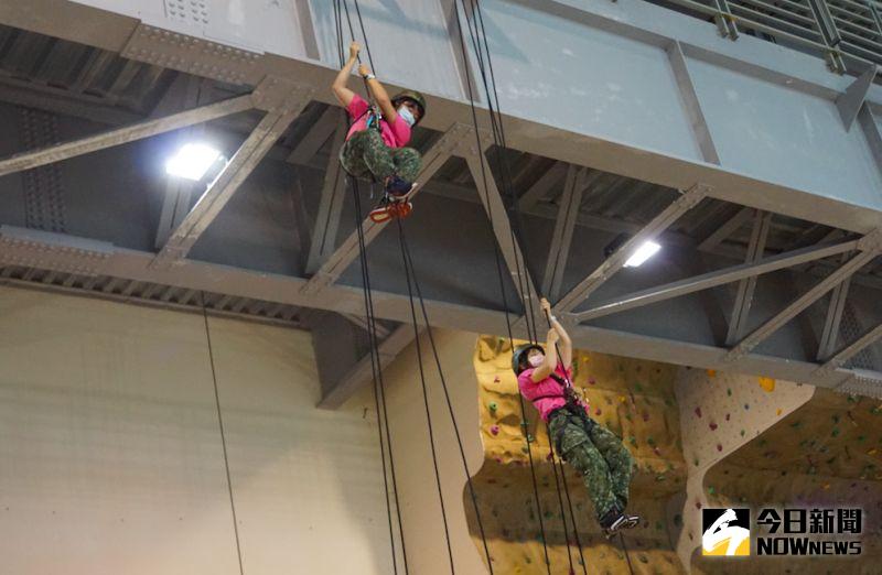 ▲陸軍首度開辦特戰體驗營,學員於「戰術繩索」課程中練習垂直攀爬。(圖/記者呂炯昌攝.2020.08.05)