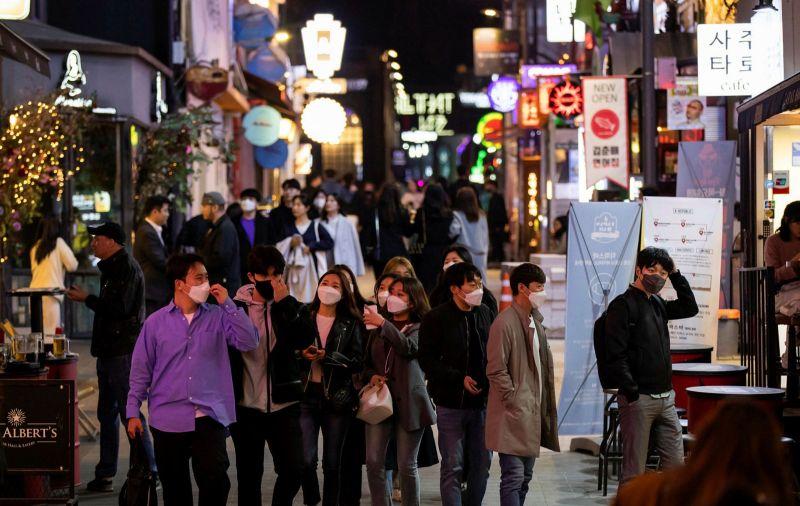 ▲韓國夜晚街道。日前韓國鬧區夜店爆發群聚感染,日本方面,也有數家餐廳、夜店傳出疫情。(圖/翻攝自《金融時報》)