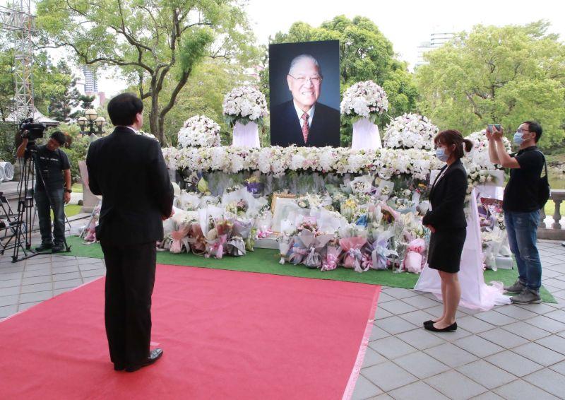 ▲林右昌中午低調前往台北賓館弔唁,感念李前總統對世界民主的貢獻。(圖/基隆市政府提供)