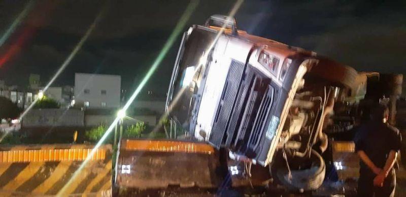 國道1號北上彰化戰備道路段貨櫃車翻覆 駕駛與乘客獲救