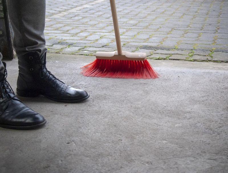 ▲原PO提到,這位同事說她從來沒打掃過,媽媽只要她乖乖念書就好。(示意圖/翻攝自pixabay )