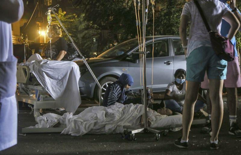 ▲由於魯姆醫院被爆炸波及、嚴重損毀,院方甚至只能在停車場對傷患進行治療。(圖/美聯社/達志影像)