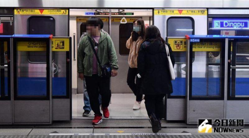 ▲網友搭捷運時,一位民眾直接大聲打嗝,引起周圍的人側目,卻一副沒什麼的樣子,讓他直呼不舒服。(示意圖,圖中人物與文章中內容無關/NOWnews資料圖片)