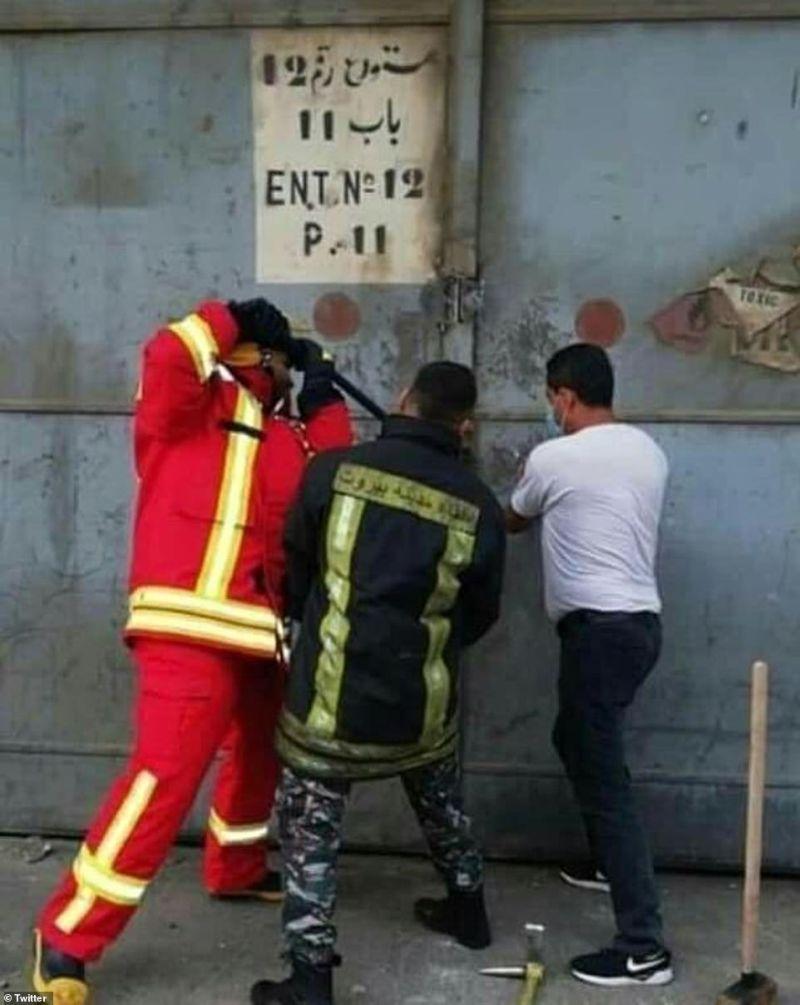 ▲倉庫起火後首批抵達現場的消防員,其中