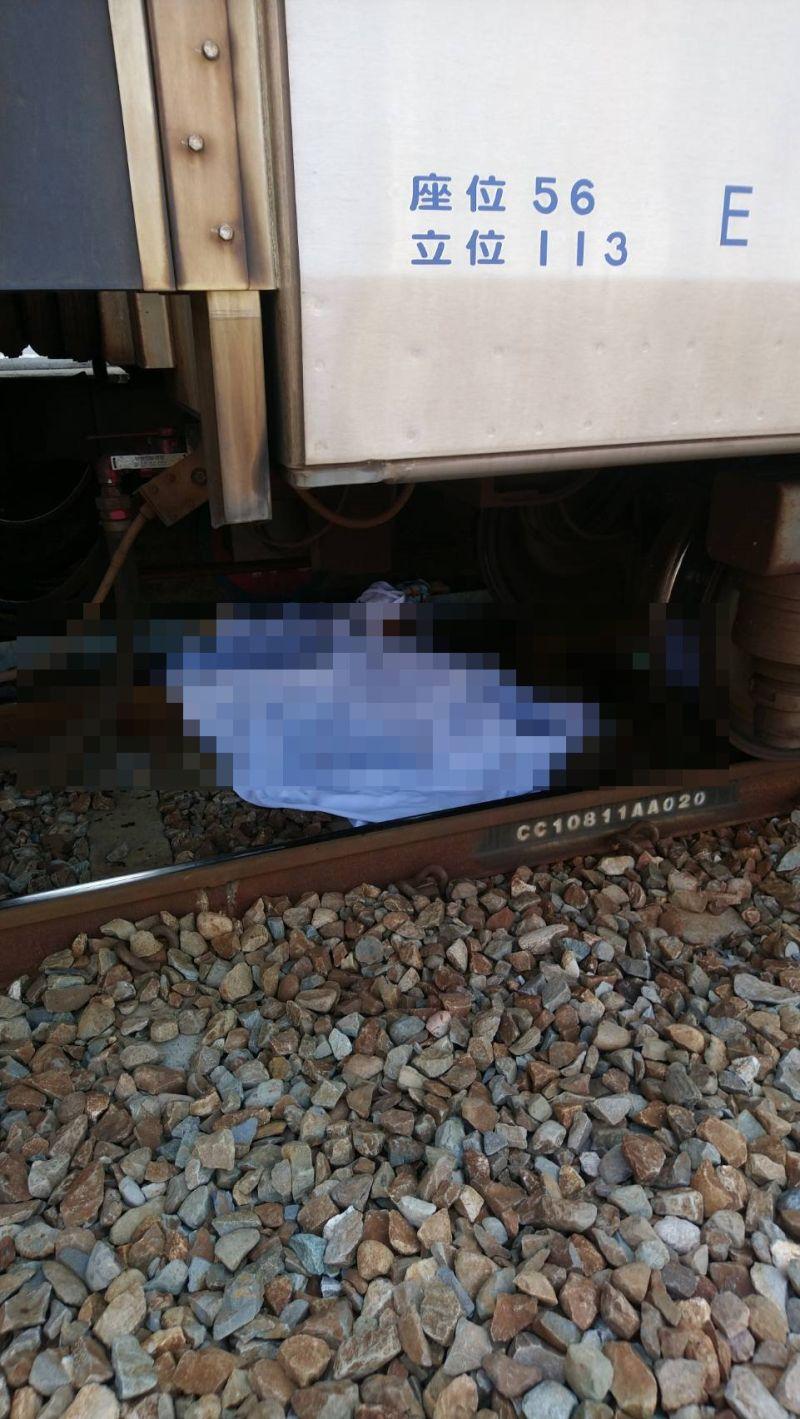 ▲婦人一個踉蹌就從月台掉落,被進佔地的火車當場輾成兩截。(圖/記者陳雅芳翻攝,2020.08.07)