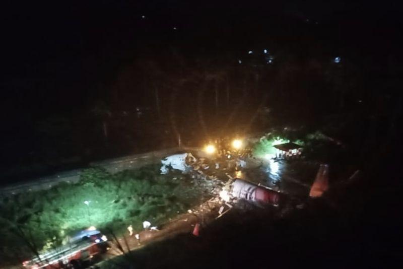 ▲印度快運航空班機降落時衝出跑道,機身斷成兩截。(圖/翻攝自ANI News推特)