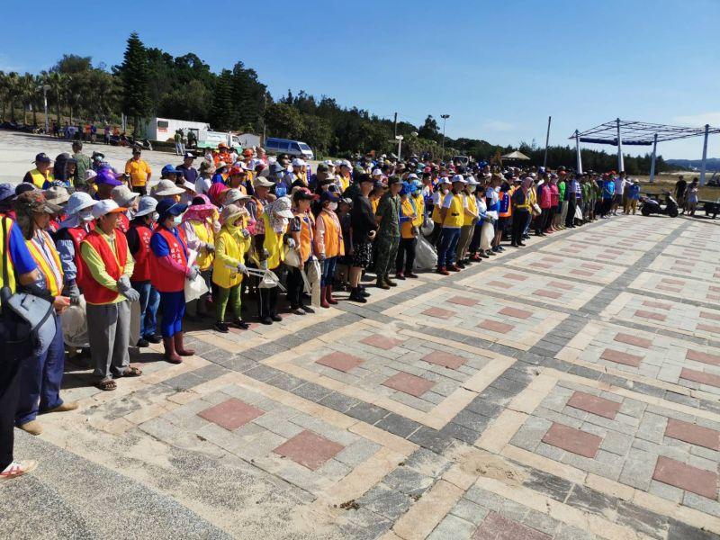 ▲淨灘活動吸引地區各社團及民眾約360人參加。(圖/記者蔡若喬攝)