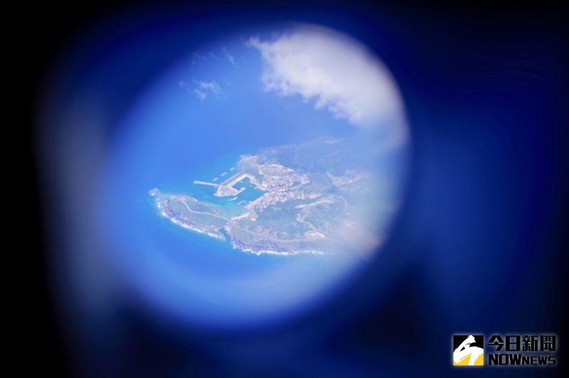 ▲班機飛經日本琉球列島西端上空。(圖/記者陳致宇攝)