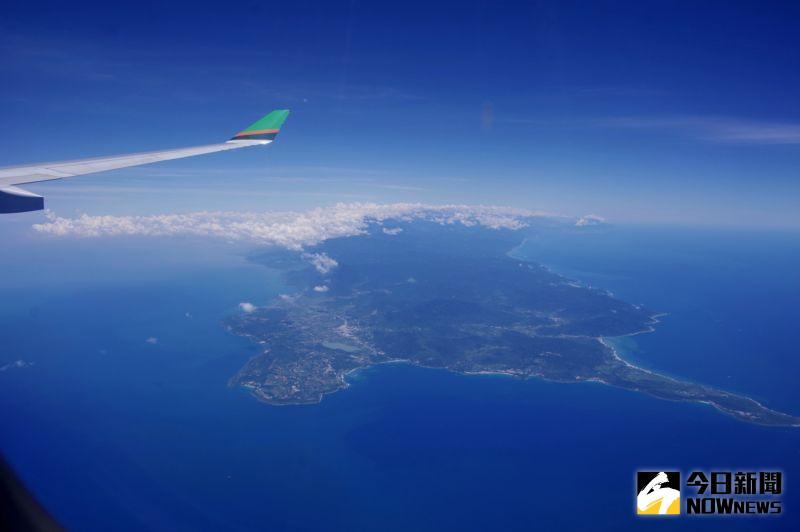 ▲班機行經恆春半島,之後沿台灣東部海岸線北返。(圖/記者陳致宇攝)