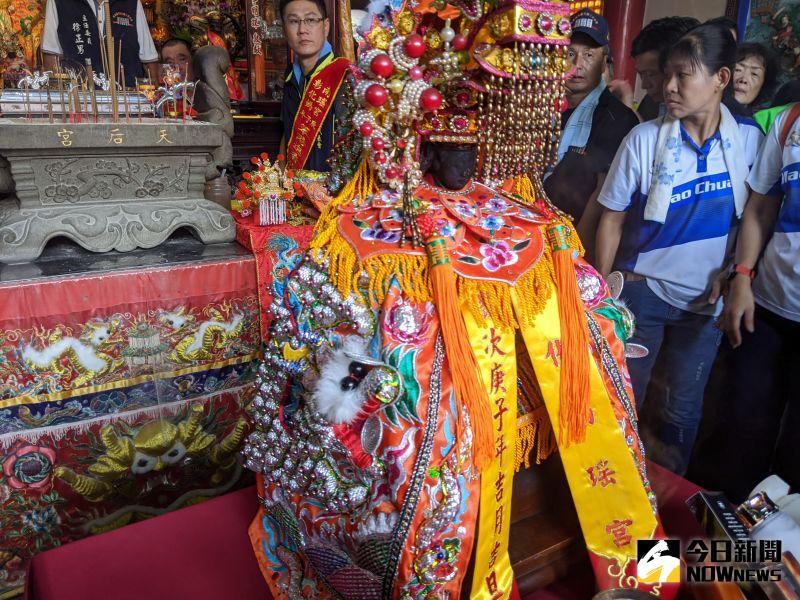 ▲袓廟媽祖已換穿上全新的龍袍。(圖/彰化市公所提供)