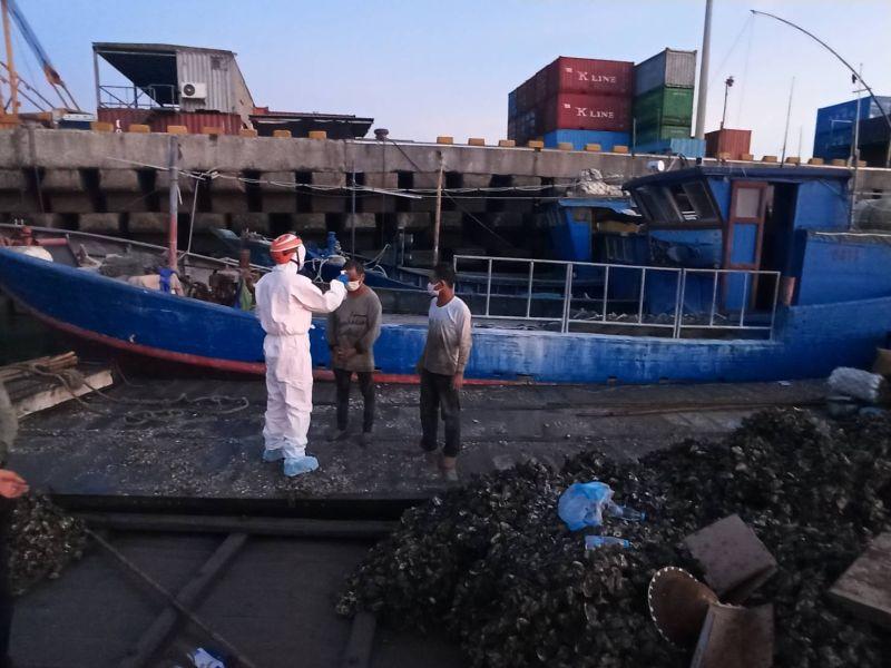 ▲4名漁船員量測體溫無異常後,旋即押返料羅港偵處。(圖/金門海巡隊提供)