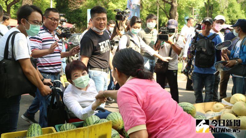 ▲台中市長盧秀燕坐著輪椅陪李眉蓁掃街。(圖/記者鄭婷襄攝,2020.08.09)