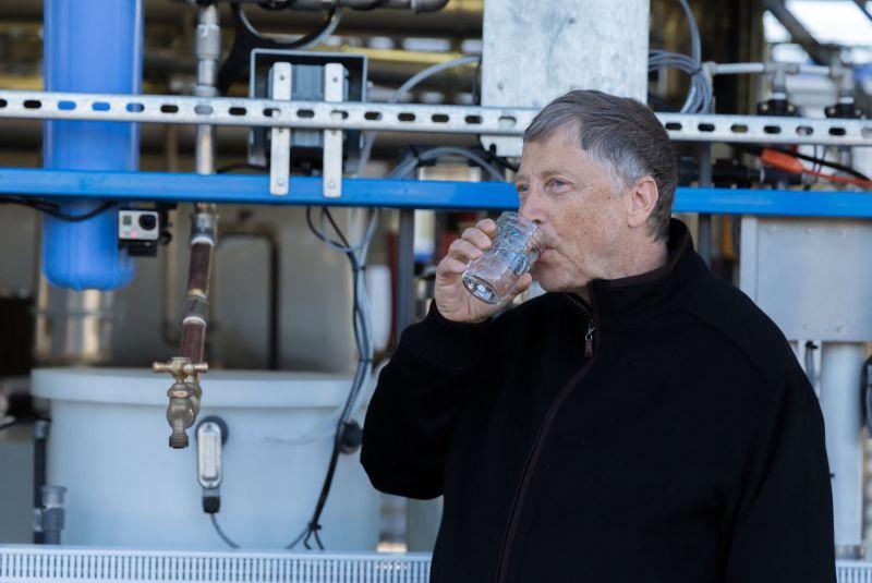 ▲微軟創辦人比爾・蓋茲形容,收購TikTok是個「有毒的聖杯」。(圖/翻攝自影片/圖截自2015年比爾蓋茲試喝環保水的影片)