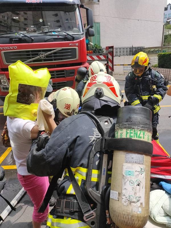 嘉市德福街大樓火災 10樓陽台求救者成功獲救