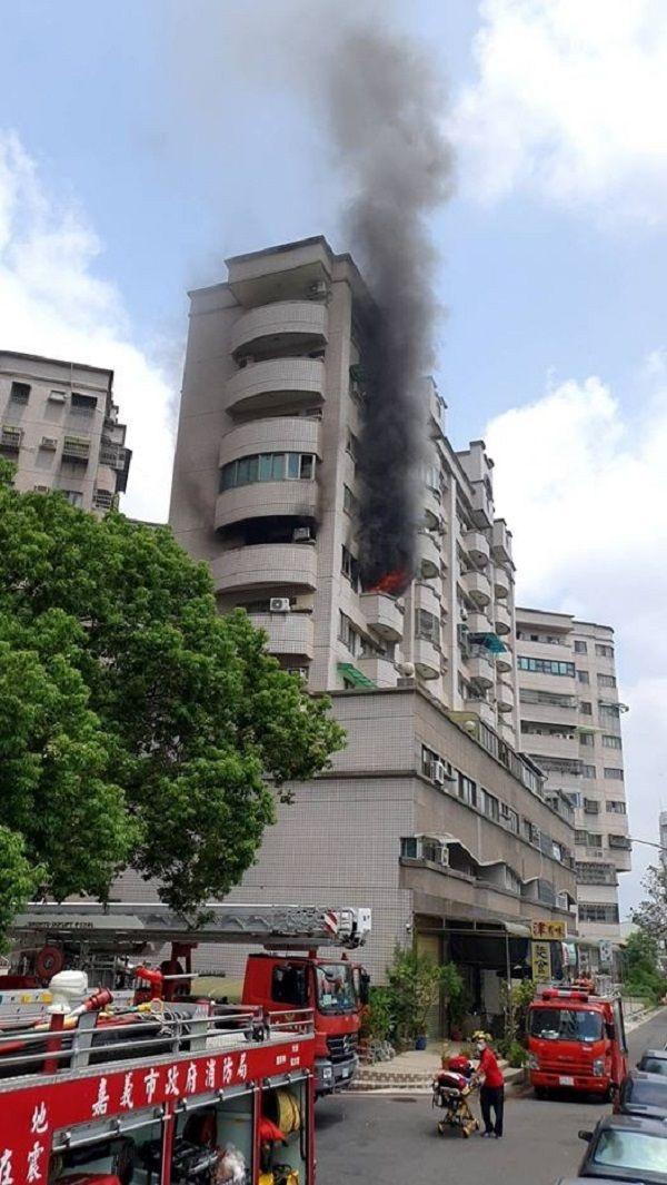 ▲嘉義市德福街大樓發生火災,濃煙沖天。(圖/嘉義市消防局提供)