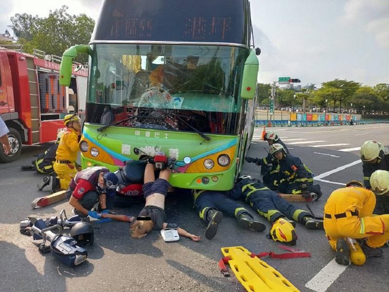機車與公車對撞 機車頭及女駕駛雙脚卡進公車頭