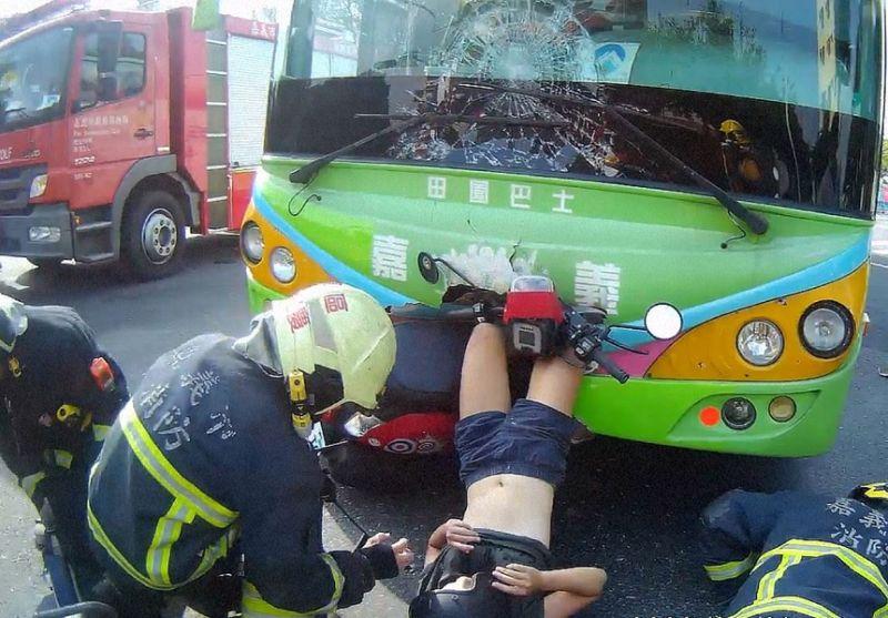 ▲機車與公車對撞車禍,機車頭撞進公車頭內,年輕女駕駛雙脚也卡進公車頭。(圖/嘉義市消防局提供)