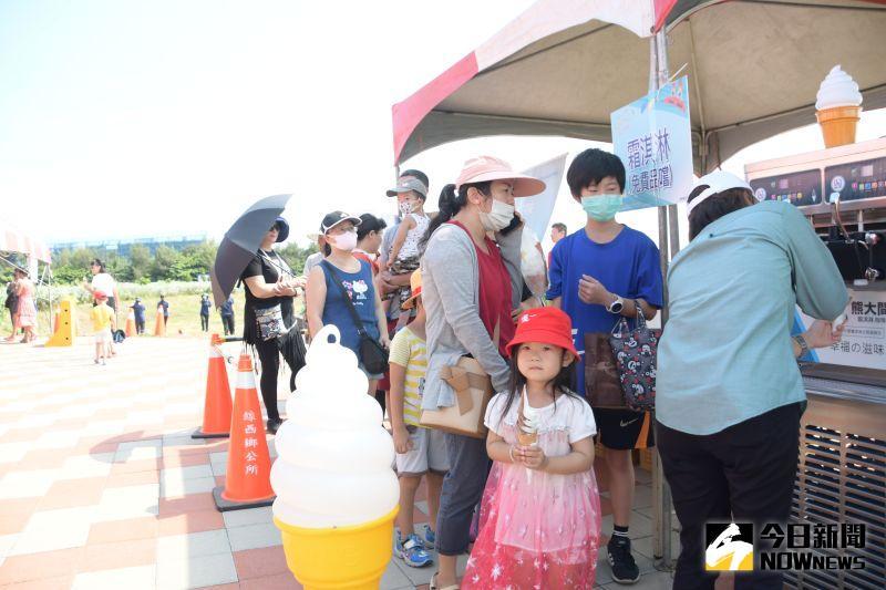 ▲鄉公所還備有消暑霜淇淋及地方特色農產美食。(圖/記者陳雅芳攝,2020.08.09)