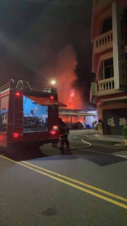 ▲雲林縣斗南鎮今凌晨發生火警波及左鄰右舍,造成緊鄰的詹姓鄰居一家三代7人遭嚴重嗆傷,其中一名11歲男童不治。