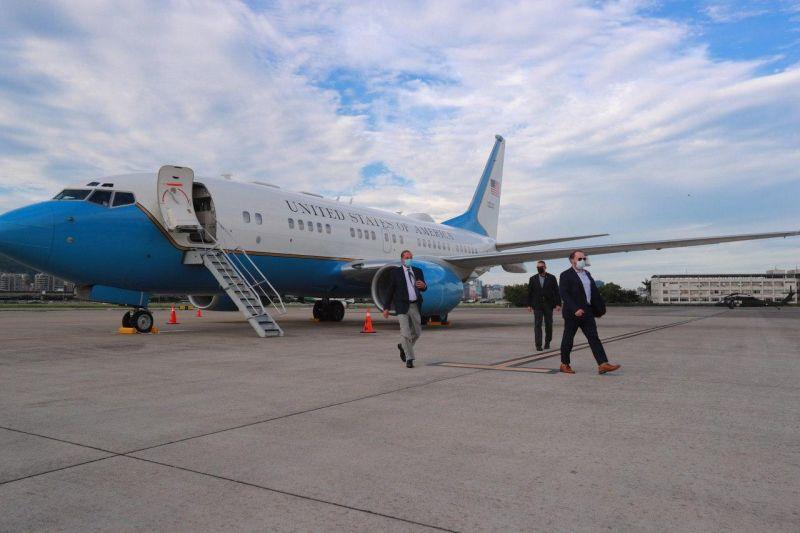 美國衛生部長阿薩爾( Alex Azar )昨( 9 )日率團搭機抵達台灣松山機場,3天訪台行程將拜會蔡英文總統、衛福部長陳時中