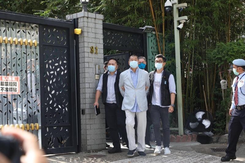 ▲香港壹傳媒創辦人黎智英 10 日早上於住處被逮捕。(圖/翻攝自立場新聞)