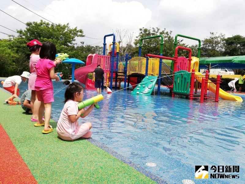 ▲兒童戲水區換上安全地墊,安全性提升,親子玩水消暑更安心。(圖/記者邱嘉琪攝,2020.08.10)