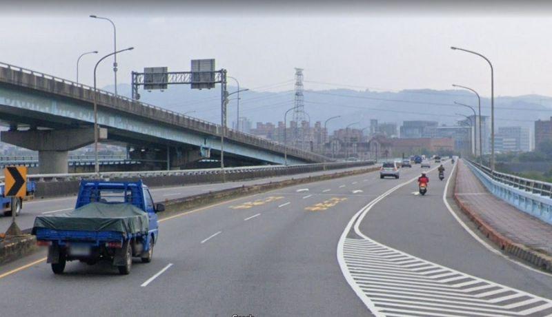▲城林橋主橋端沿線劃設雙白線,禁止變換車道。(圖/新北市交通局提供)