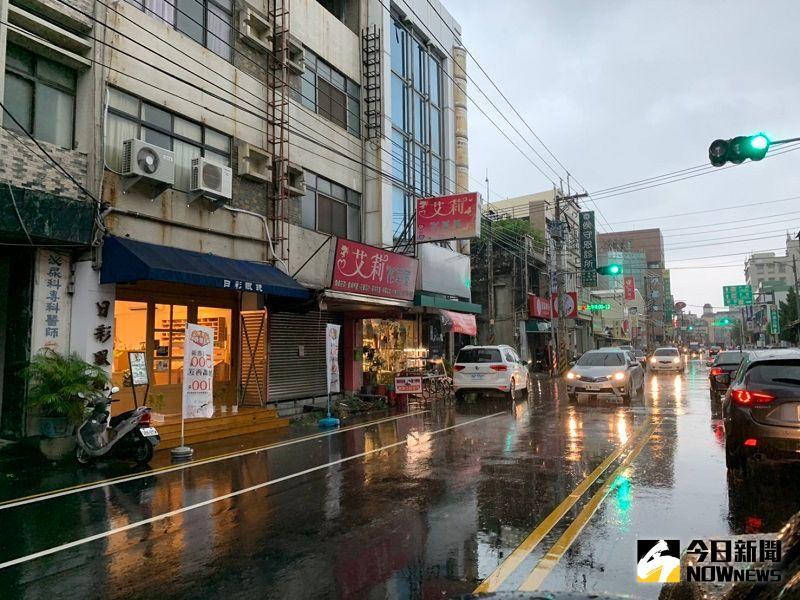 ▲米克拉的陸上、海上颱風警報,下午4點不到,嘉義海區已經昏天暗地並下起大雨。(圖/記者陳惲朋攝)