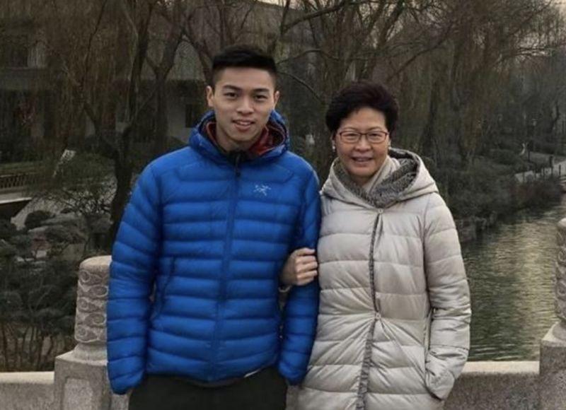 香港特首林鄭月娥與攻讀美國哈佛大學博士的次子林約希合照,據香港媒體報導,林約希自上月底就行蹤成謎。(圖/取自林鄭月娥臉書)