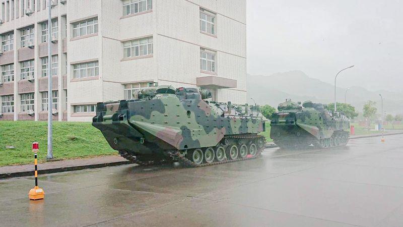 ▲第6號米克拉颱風生成,陸戰隊AAV7兩棲突擊車待命防災。(圖/海軍司令部提供)