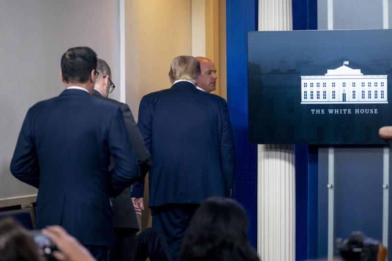 快訊/白宮外驚傳槍聲!記者會開到一半 川普被護送離開