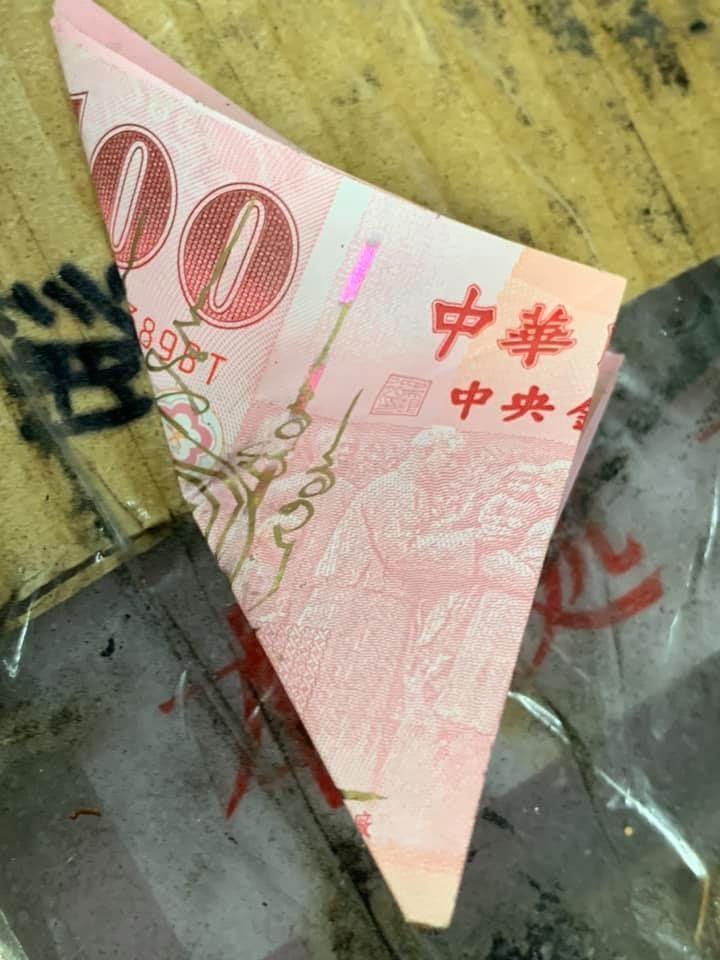 ▲網友在路邊撿到畫有符咒的百元鈔,讓他好緊張。(圖/翻攝自靈異公社臉書)