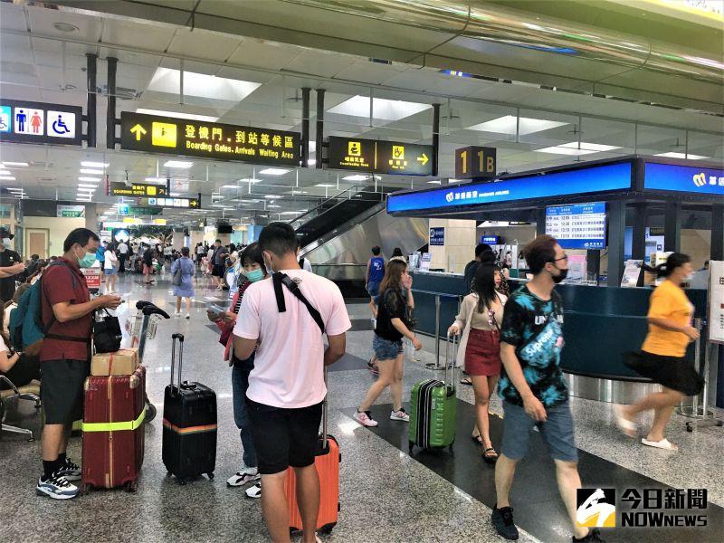 ▲澎湖機場在9點之後開放天空,截至13:00前離境的飛機班班客滿,不過航空公司加大機型提高運量,希望能逐漸消化急著返回台灣的候補旅客。(圖/記者張塵攝,2020.08.11)