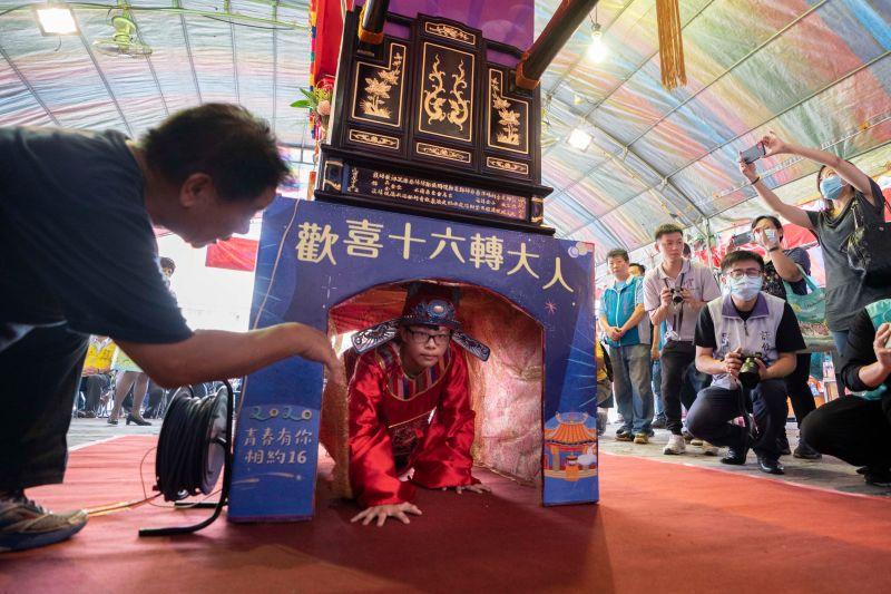 北台灣唯一傳統成年禮竹市「做十六歲」  七夕千人輭轎腳