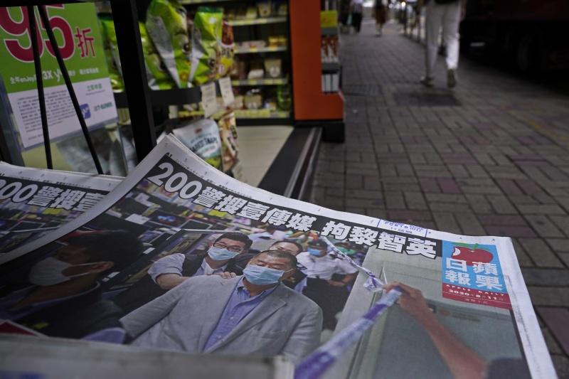 ▲香港蘋果日報大幅報導黎智英被捕一事,並揚言將堅持到最後一刻。(圖/美聯社/達志影像)